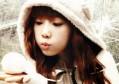 伤感语录句子看完哭了那种朋友 你拈掉花瓣,她将香味留在你的手上。